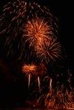 Fuegos artificiales hermosos contra el cielo negro del Año Nuevo Fotos de archivo