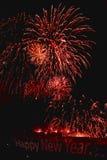 Fuegos artificiales hermosos contra el cielo negro del Año Nuevo Imagenes de archivo
