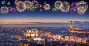 Fuegos artificiales hermosos debajo de Arno River y Ponte Vecchio en la puesta del sol, Florencia Imagenes de archivo