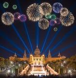 Fuegos artificiales hermosos debajo de la fuente mágica en Barcelona Foto de archivo