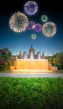 Fuegos artificiales hermosos debajo de la fuente mágica en Barcelona Fotos de archivo