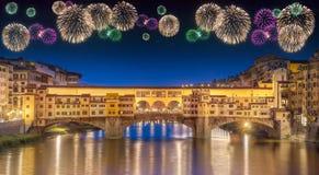 Fuegos artificiales hermosos debajo del puente Florencia de Vecchio Fotos de archivo libres de regalías