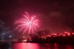 Fuegos artificiales hermosos durante la nueva celebración de Year's Eve en Riga, Letonia Foto de archivo
