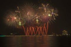 Fuegos artificiales hermosos en el cielo Foto de archivo libre de regalías
