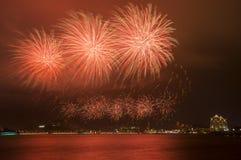 Fuegos artificiales hermosos en el cielo Imágenes de archivo libres de regalías