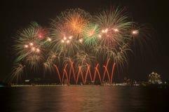 Fuegos artificiales hermosos en el cielo Fotos de archivo libres de regalías