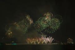 Fuegos artificiales hermosos en el cielo Imagen de archivo
