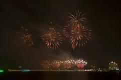 Fuegos artificiales hermosos en el cielo Fotografía de archivo