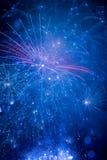 Fuegos artificiales hermosos en el cielo nocturno Imagen de archivo