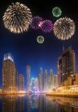 Fuegos artificiales hermosos en el puerto deportivo de Dubai EMIRATOS ÁRABES UNIDOS Imagen de archivo