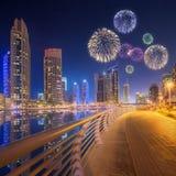 Fuegos artificiales hermosos en el puerto deportivo de Dubai EMIRATOS ÁRABES UNIDOS Fotografía de archivo