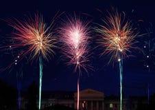 Fuegos artificiales hermosos en la ciudad Imagen de archivo libre de regalías