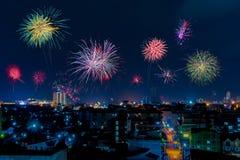 Fuegos artificiales hermosos en la ciudad Año Nuevo Imagen de archivo libre de regalías