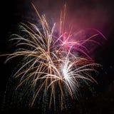Fuegos artificiales hermosos en la noche Imagen de archivo