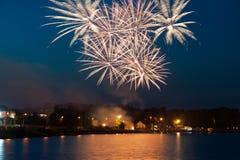 Fuegos artificiales hermosos en la noche Imagen de archivo libre de regalías