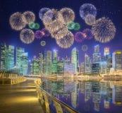 Fuegos artificiales hermosos en Marina Bay, Singapur Foto de archivo libre de regalías