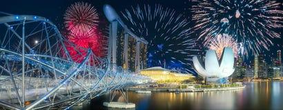 Fuegos artificiales hermosos sobre bahía del puerto deportivo en Singapur imagen de archivo