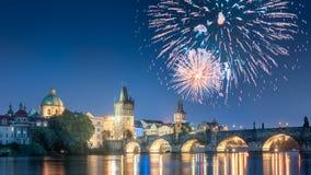 Fuegos artificiales hermosos sobre el bridgeat en la noche, Praga, República Checa de Charles imagen de archivo