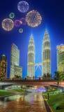 Fuegos artificiales hermosos sobre el paisaje urbano del horizonte de Kuala Lumpur Fotos de archivo libres de regalías