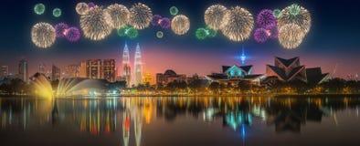 Fuegos artificiales hermosos sobre el paisaje urbano del horizonte de Kuala Lumpur Fotos de archivo