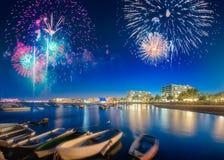 Fuegos artificiales hermosos sobre la playa de San Antonio en Ibiza, España foto de archivo