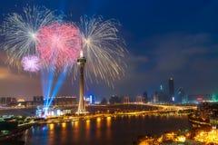 Fuegos artificiales hermosos sobre la torre de Macao en la noche en Macao, China fotografía de archivo