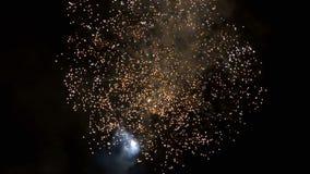 Fuegos artificiales hermosos video en el día de la celebración, lazo almacen de metraje de vídeo