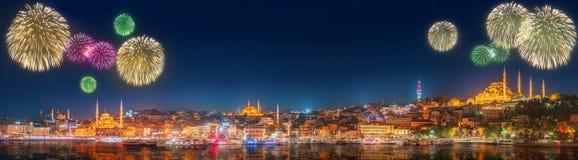 Fuegos artificiales hermosos y paisaje urbano de Estambul Imagen de archivo libre de regalías