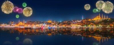 Fuegos artificiales hermosos y paisaje urbano de Estambul Imágenes de archivo libres de regalías