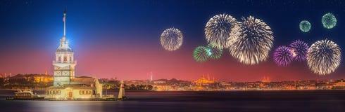 Fuegos artificiales hermosos y paisaje urbano de Estambul Fotos de archivo