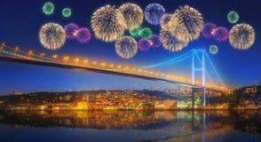 Fuegos artificiales hermosos y paisaje urbano de Estambul Fotos de archivo libres de regalías