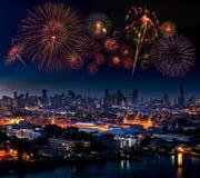 Fuegos artificiales múltiples que estallan arriba en el cielo sobre palacio magnífico, Imagenes de archivo