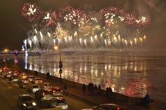 Fuegos artificiales magníficos coloridos dedicados a 2017 de final de año Foto de archivo libre de regalías