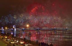 Fuegos artificiales magníficos coloridos dedicados a 2017 de final de año Imagenes de archivo