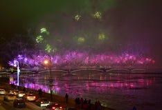 Fuegos artificiales magníficos coloridos dedicados a 2017 de final de año Imágenes de archivo libres de regalías