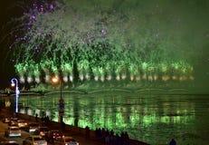 Fuegos artificiales magníficos coloridos dedicados a 2017 de final de año Fotografía de archivo