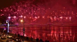 Fuegos artificiales magníficos coloridos dedicados a 2017 de final de año Imagen de archivo libre de regalías