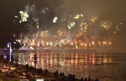 Fuegos artificiales magníficos coloridos dedicados a 2017 de final de año Fotos de archivo libres de regalías