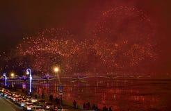 Fuegos artificiales magníficos coloridos dedicados a 2017 de final de año Fotos de archivo