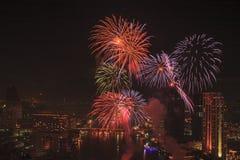 Fuegos artificiales multicolores con el paisaje urbano de Bangkok Imagenes de archivo