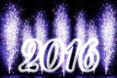Fuegos artificiales púrpuras de la Feliz Año Nuevo 2016 Fotografía de archivo