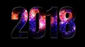 Fuegos artificiales púrpuras hermosos del rojo azul a través de la inscripción 2018 Composición por los nuevo 2018 años Fuegos ar