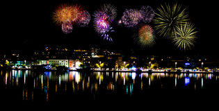 Fuegos artificiales por noche en Makarska Foto de archivo