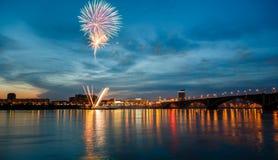 Fuegos artificiales por un día de fiesta Imagenes de archivo