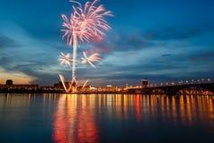 Fuegos artificiales por un día de fiesta Fotos de archivo libres de regalías