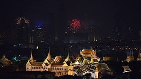 Fuegos artificiales que brillan intensamente detrás de palacio magnífico en la ciudad de Bangkok, Tailandia