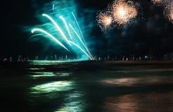 Fuegos artificiales que celebran éxito sobre el mar con los yates Imagen de archivo