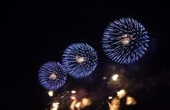 Fuegos artificiales que celebran el Año Nuevo fotografía de archivo