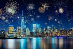 Fuegos artificiales que celebran Noche Vieja en New York City, NY, los E.E.U.U. Foto de archivo libre de regalías