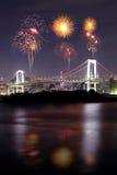 Fuegos artificiales que celebran sobre el puente en la noche, Japón del arco iris de Tokio Fotos de archivo libres de regalías